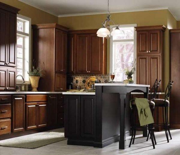 коричневый в интерьере чёрной кухни