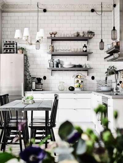 чёрно-белая кухня с открытыми полками