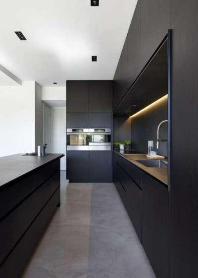 интерьер чёрной кухни со встроенной техникой