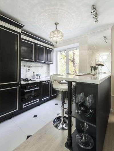 интерьер чёрной кухни с белыми столешницами
