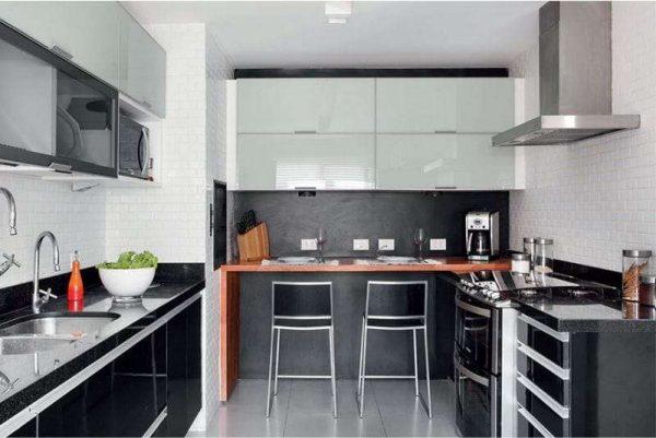 белые навесные шкафы на чёрной кухне