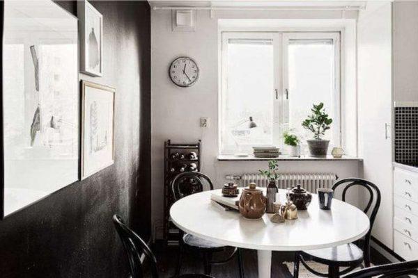 чёрные стены на белой кухне