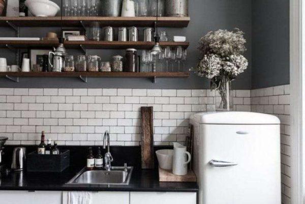 интерьер чёрной кухни с открытыми полками