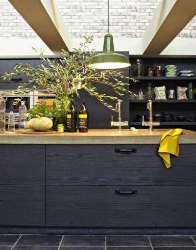 интерьер чёрной кухни с матовыми фасадами