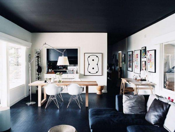 интерьер кухни с чёрным потолком