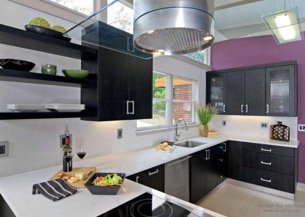 фиолетовая стена на чёрно-белой кухне