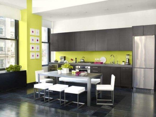 зелёное оформление стен на чёрно-белой кухне