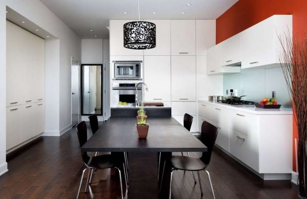 красный цвет на чёрно-белой кухне