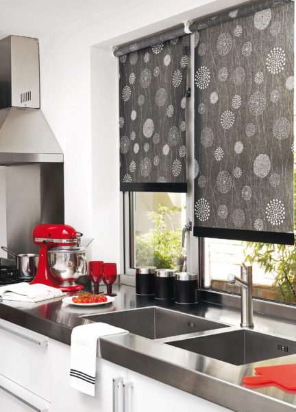 рулонные шторы на чёрно-белой кухне