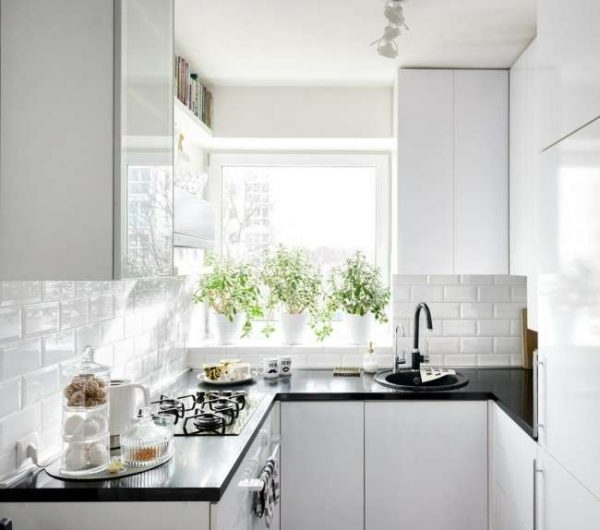 П-образная чёрно-белая кухня