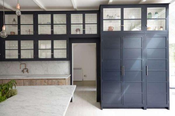 шкафы с прозрачными фасадами чёрно-белой кухни