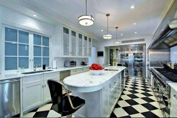 шахматные полы на чёрно-белой кухне