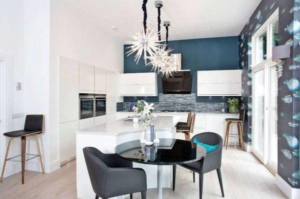 стены цвета морской волны на чёрно-белой кухне