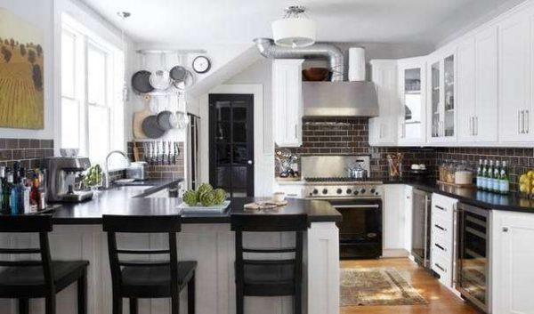 угловая чёрно-белая кухня