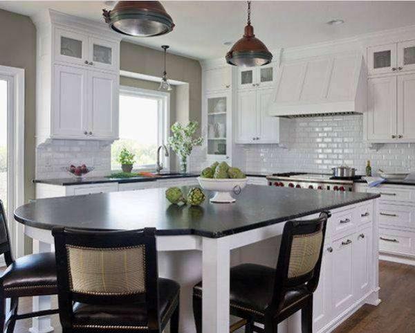 высокие верхние шкафы чёрно-белой кухни