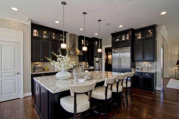 высокие шкафы чёрно-белой кухни