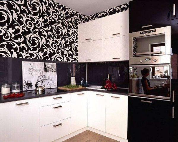 стильные обои с узорами на чёрно-белой кухне