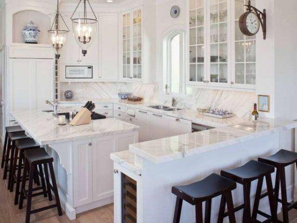 компактная белая кухня с чёрными стульями