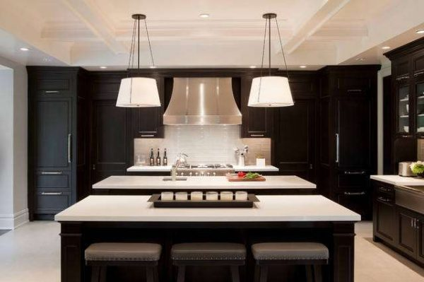 освещение над обеденной зоной чёрно-белой кухни