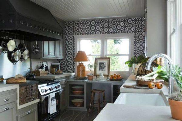 оформление стены чёрно-белой кухни