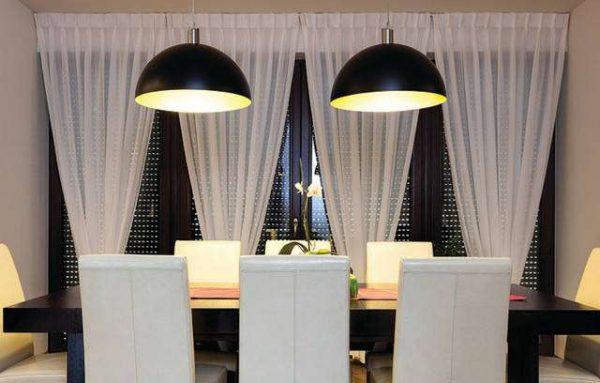 люстры над обеденной зоной на чёрно-белой кухне