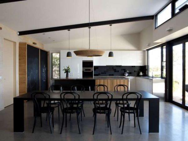 белая кухня с чёрным обеденным столом