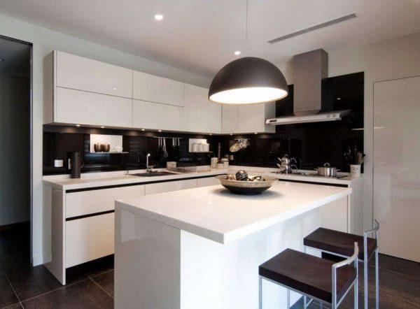 глянцевые фасады чёрно-белой кухни
