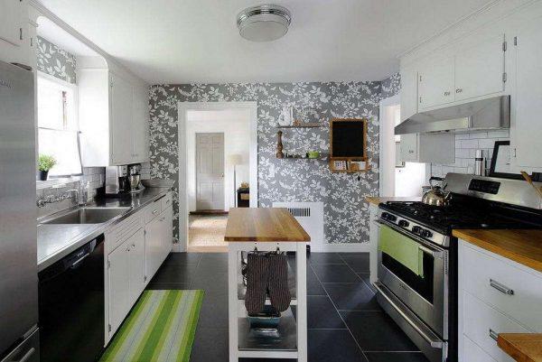 серые обои с белым принтом на чёрно-белой кухне