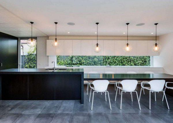 освещение чёрно-белой кухни