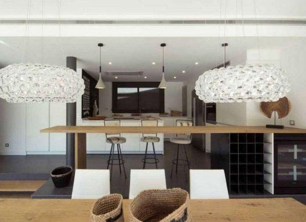 светильники на чёрно-белой кухне