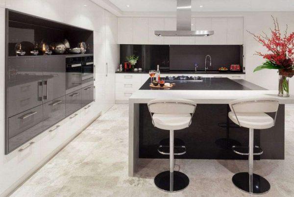 островная зона на чёрно-белой кухне
