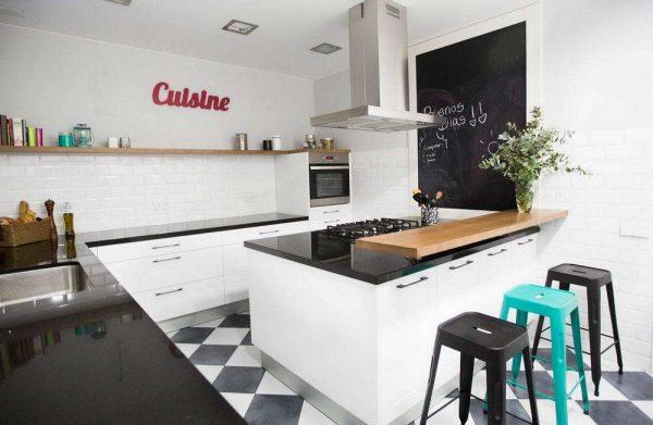 открытые верхние полки на чёрно-белой кухне