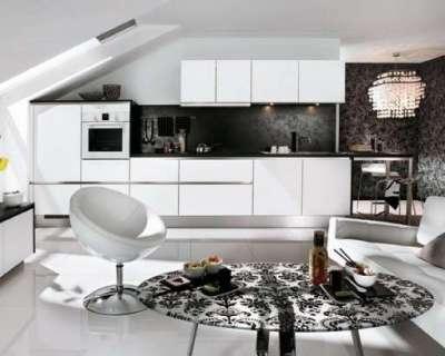 белая кухня с чёрными обоями