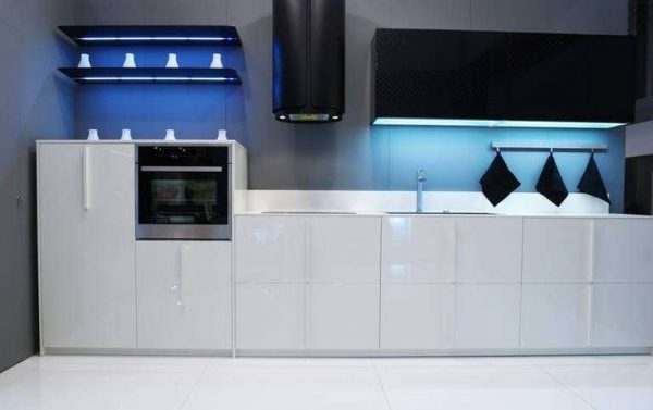 подсветка полок на чёрно-белой кухне
