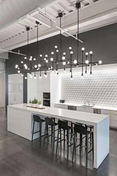 серые полы на чёрно-белой кухне