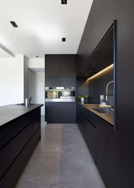 белый потолок на чёрно-белой кухне