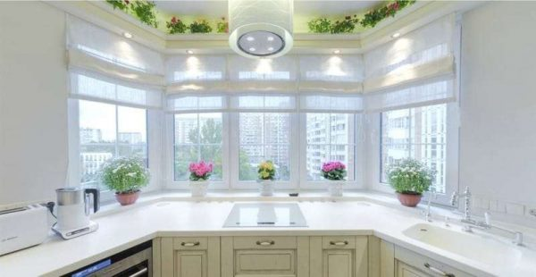 рабочая зона на кухне с эркером