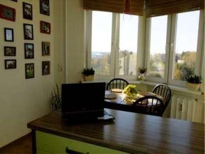 круглый стол на кухне с эркером