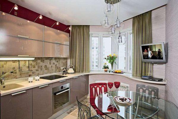 рабочая поверхность на кухне с эркером