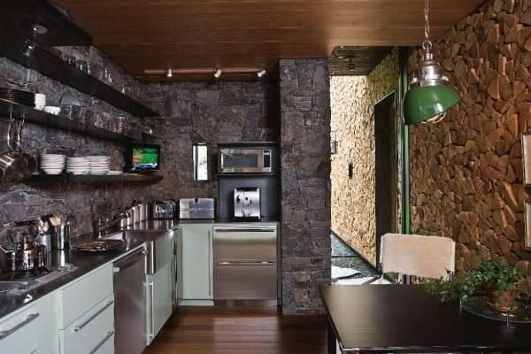 отделка стен натуральными материалами в интерьере кухни