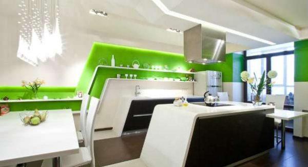 зелёные стены с подсветкой в интерьере кухни