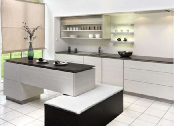 дизайн кухни в светлых тонах с белым кафелем на полу