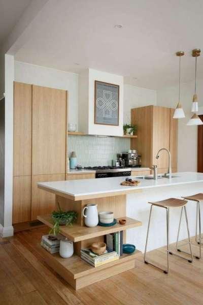 белый потолок на светлой кухне