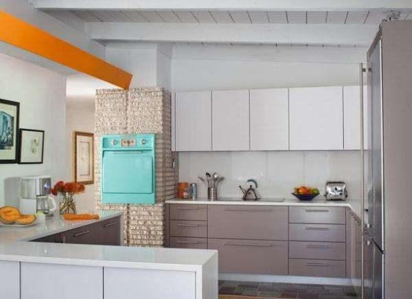 жёлтый и голубой на светлой кухне