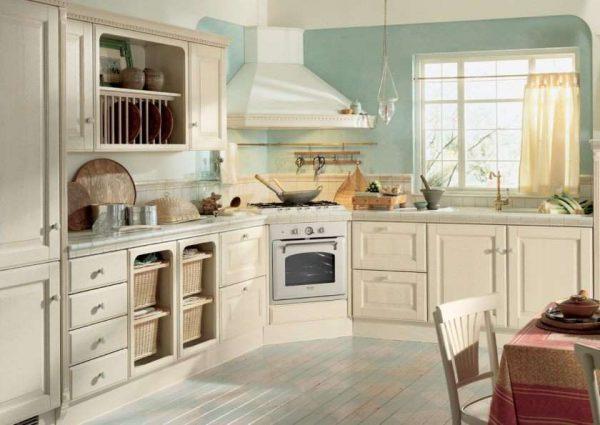 светлый интерьер кухни с голубыми стенами