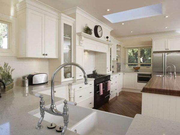 белый гарнитур на светлой кухне