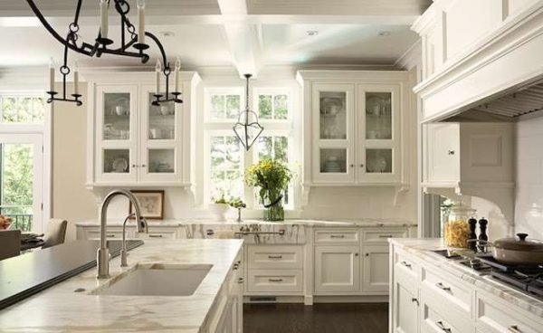 светлый интерьер кухни с белой мебелью
