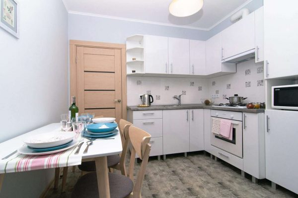 угловая белая кухня с деревянной дверью