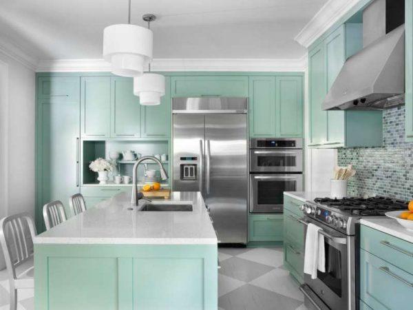 светлый интерьер кухни мятного цвета