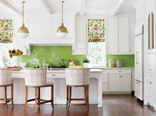 рулонные шторы на светлой кухне